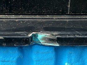 トラックがぶつかり、凹んだアルミサッシ枠の補修です