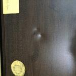 商業施設内の木目調玄関ドアの補修です。(富士宮市・富士市の住宅補修を承ります)イナダプランニング電話番号:0544-28-4107