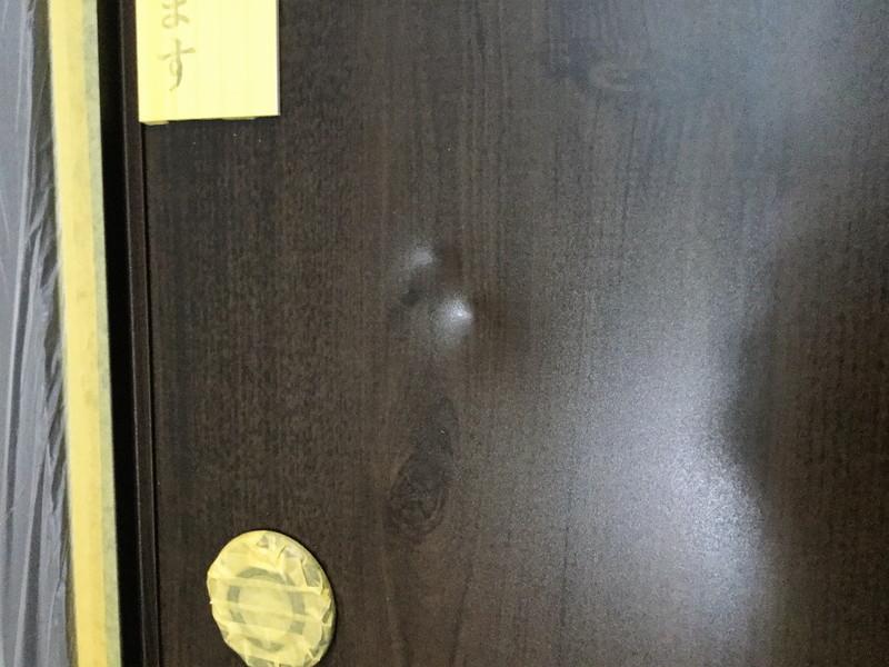 富士市商業ビル内の玄関ドア補修(木目調の補修前)
