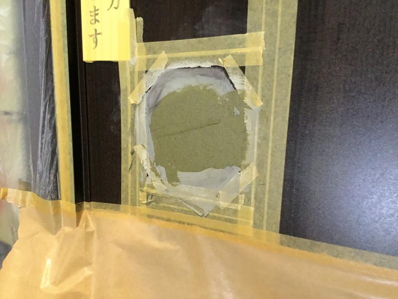 富士市の商業ビル内玄関ドアリペア 凹み(パテ打ち)